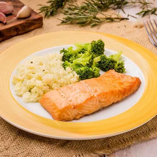 01 – Arroz de couve-flor + salmão grelhado + brócolis grelhado (low carb)