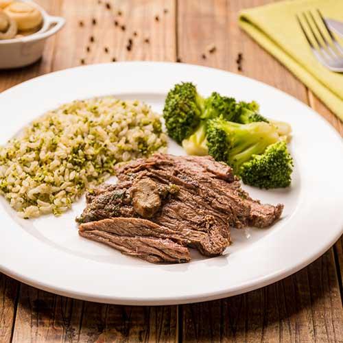 20 – Arroz integral com brócolis + fraldinha com champignon + brócolis grelhado