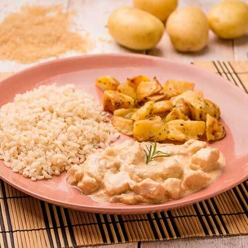 17 – Strogonoff light de frango + arroz integral + batata sauteé
