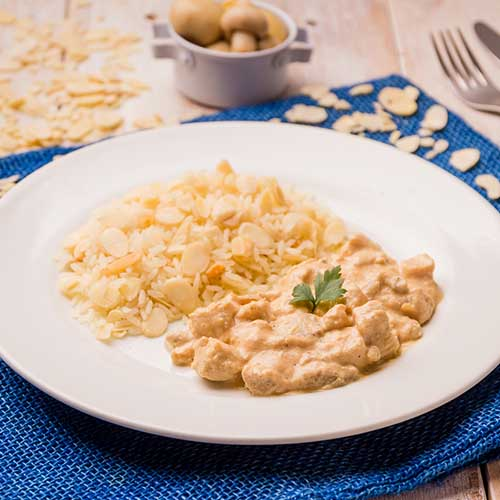 40 – Strogonoff ligth de frango + arroz com amêndoas