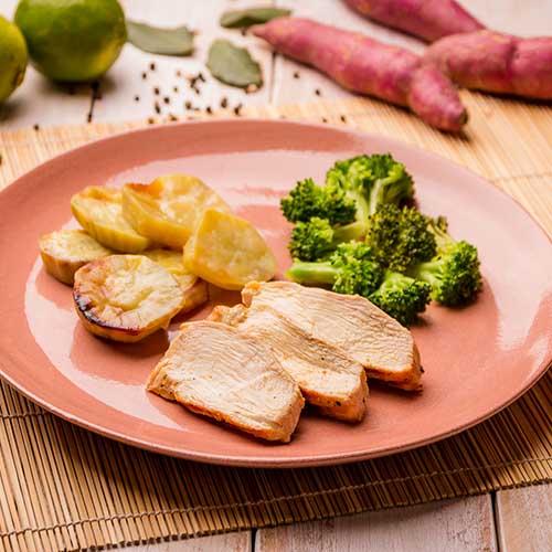 23 – Batata doce + frango grelhado – lemon pepper + brócolis grelhado