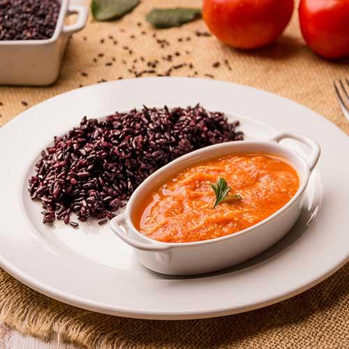 36 – Frango desfiado ao molho de tomate + arroz negro