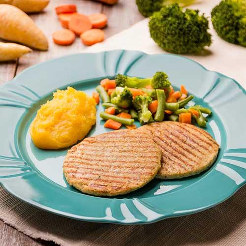 10 – Hambúrguer de frango + purê de mandioquinha + mix de legumes