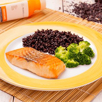 8 -Salmão grelhado + arroz negro + brócolis grelhado