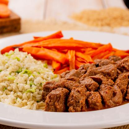 9 – Picadinho + arroz com brócolis + cenoura ao forno