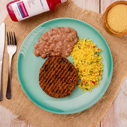 6 – Hambúrguer de quinoa + Cuscuz marroquino + Feijão carioca