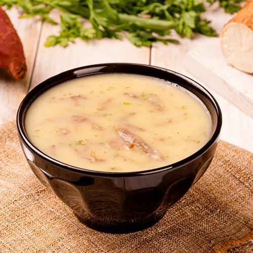 Sopa de mandioca com carne desfiada